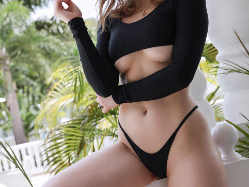 holly-wolf-black-bikini